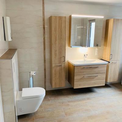 Großräumiges Badezimmer in warmen beige Tönen