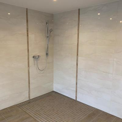 Großraumbad in warmen beige Ton - bodentiefe Dusche