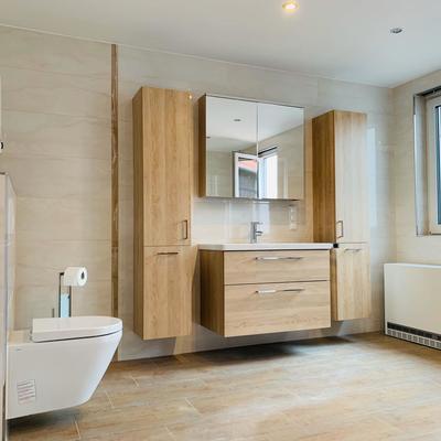 Großraumbad in warmen beige Ton - offene Ansicht mit Installationen